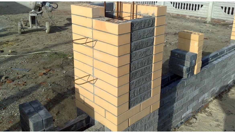 Металлические заборы с кирпичными столбами